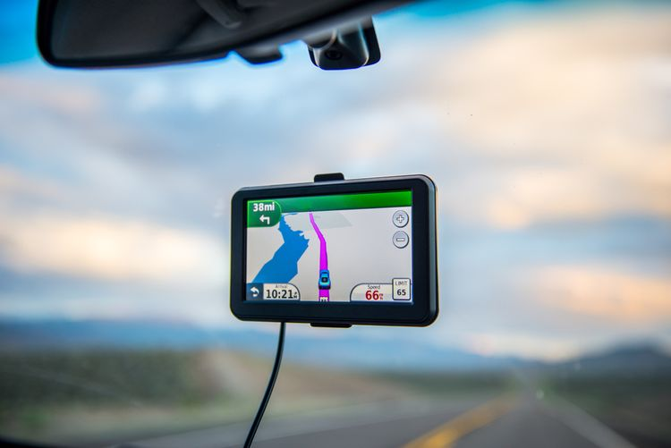 GPS navigace na předním skle auta