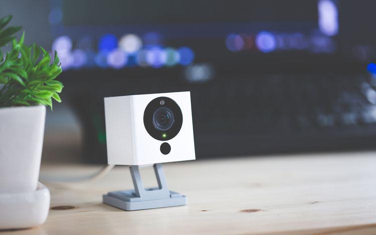 Bezpečnostní IP kamera položena na stole