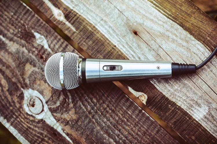 Stříbrný karaoke mikrofon
