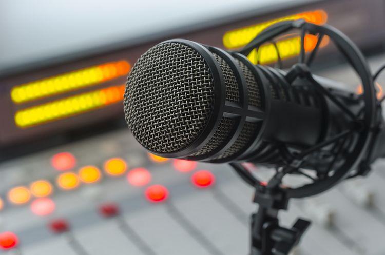 Kondenzátorový mikrofon ve studiu