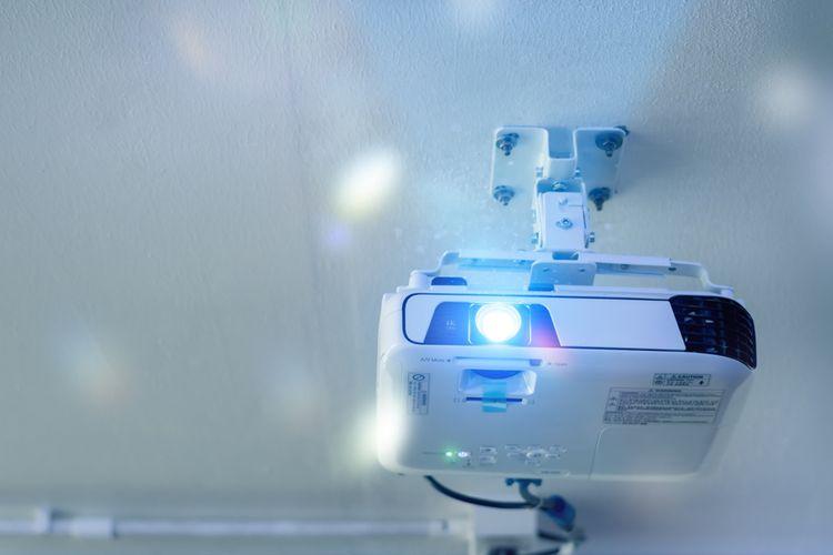 Bílý nástěnný projektor