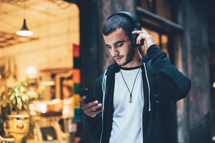 Výdrž bezdrátových sluchátek přes hlavu dosahuje až 30 hodin