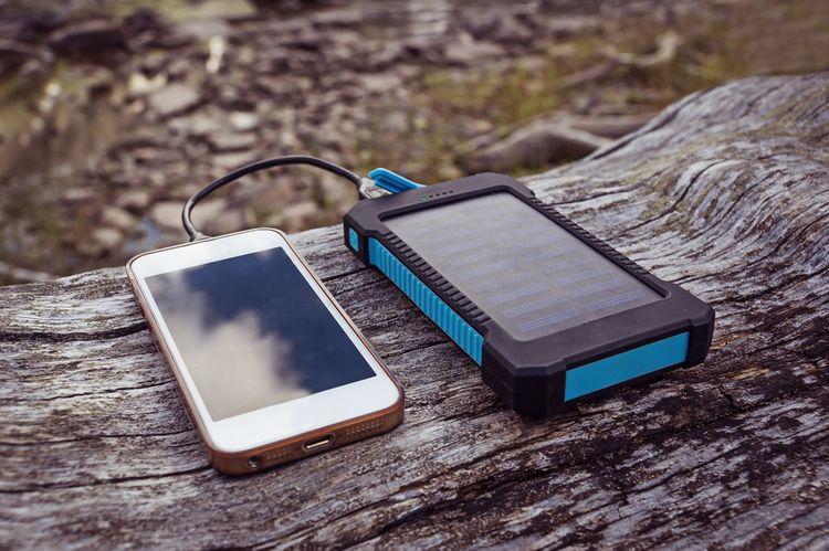 Solární nabíječka k nabíjení mobilního telefonu