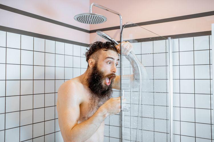 Ledová sprcha není na ochlazení během teplých dní vhodná