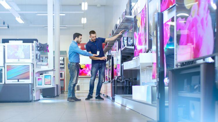 Výběr Smart TV v obchodě s elektronikou