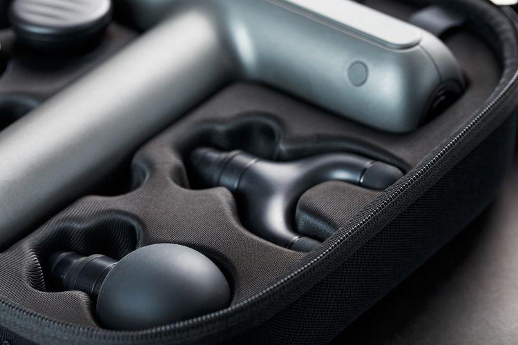 Masážní pistole s hlavicemi v kufříku