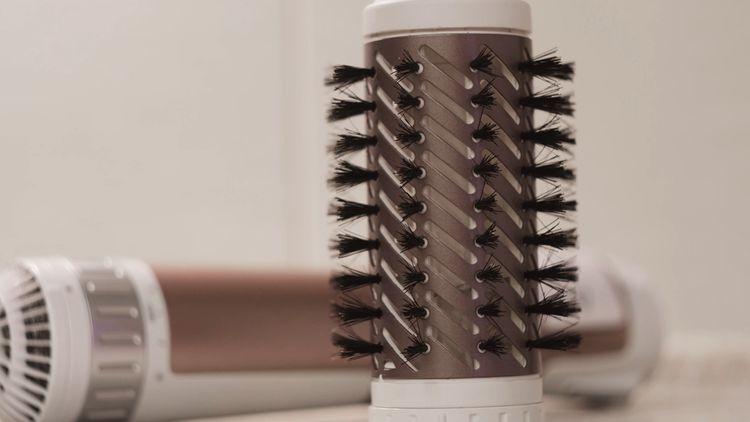 Žehlicí kartáč na vlasy s keramickým povrchem