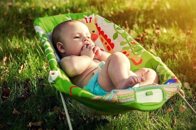 Zelené houpací lehátko pro miminka