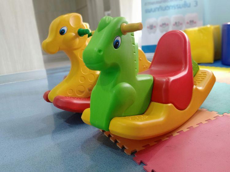 Barevné plastové houpací zvířátka