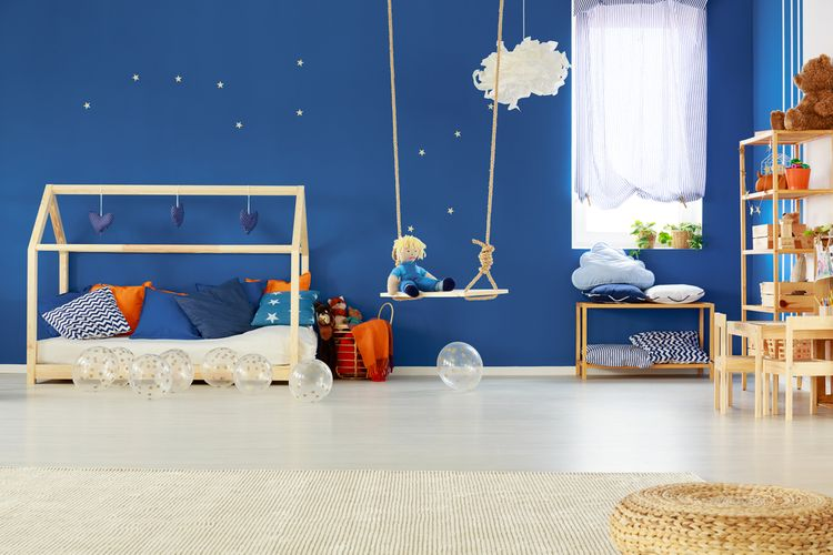 Dřevěná houpačka v dětském pokoji