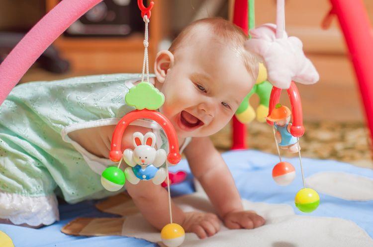 Hrací podložka s hrazdou pro nejmenší děti