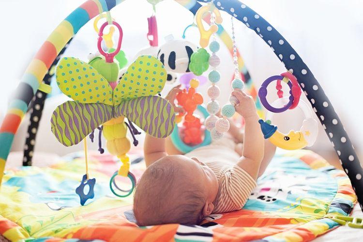 Hrací deka s hrazdou s plyšovými hračkami
