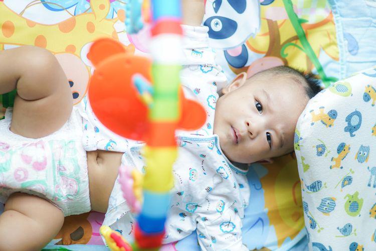 Barevná hrací deka s hrazdou s hračkami