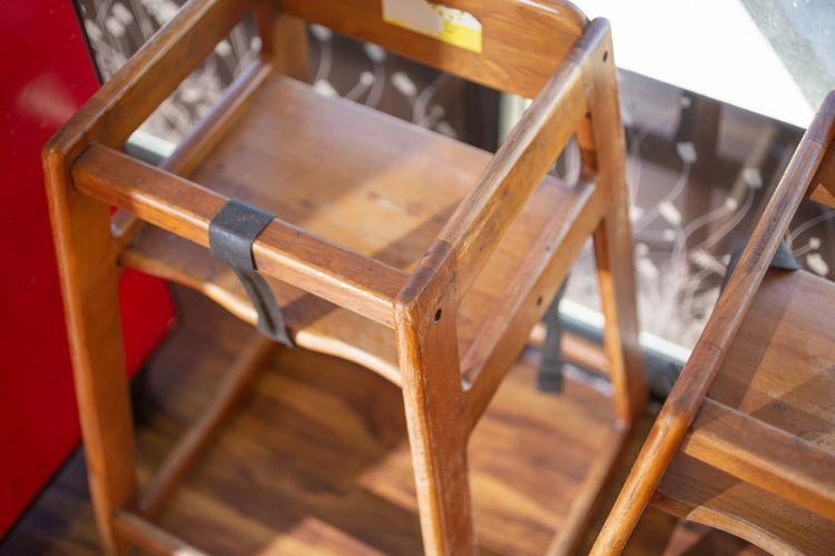 Dřevěná dětská stolička na krmení