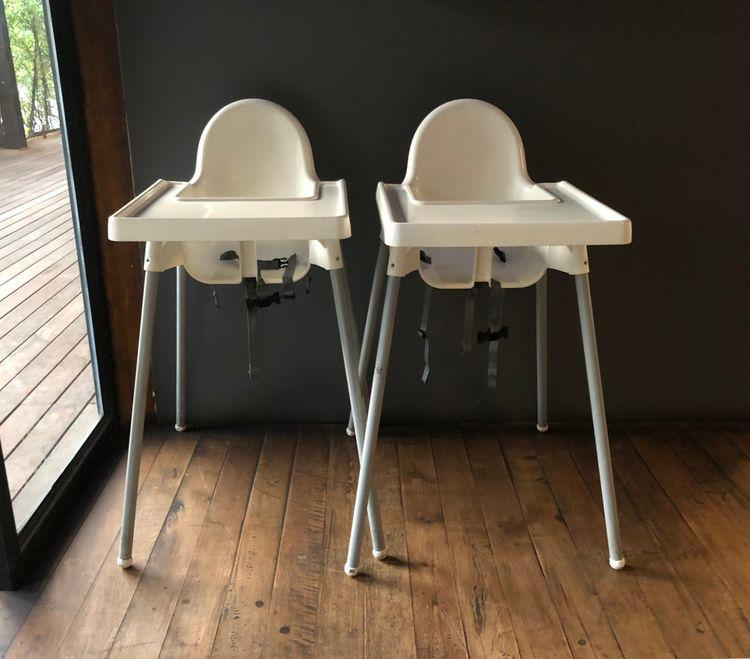 Dvě bílé jídelní židličky