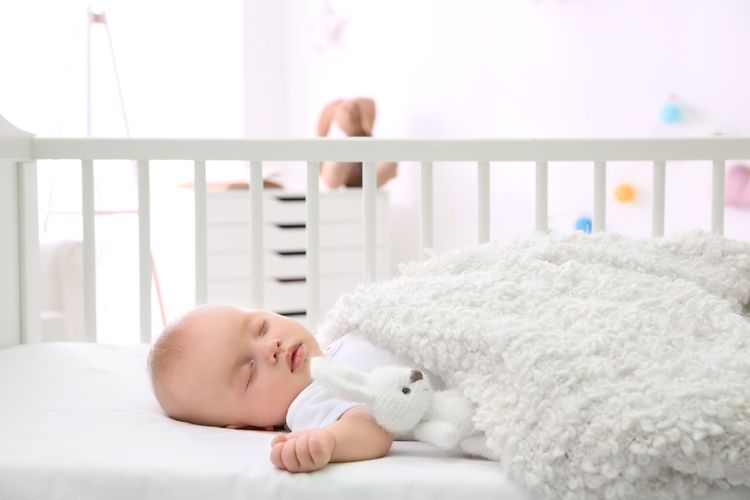 Deskový monitor dechu v dětské postýlce