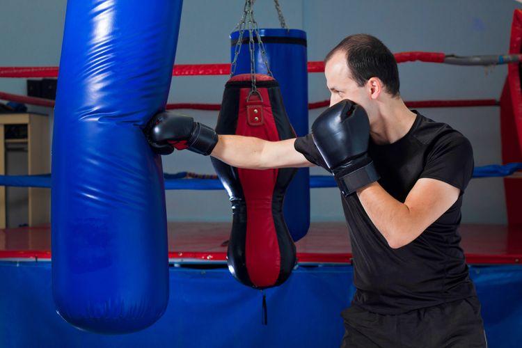 Modrý naplněný boxovací pytel