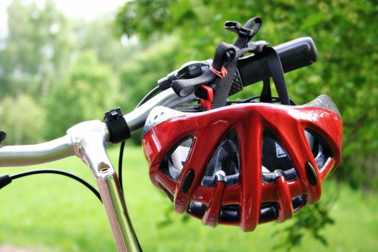 Červená silniční přilba na kolo