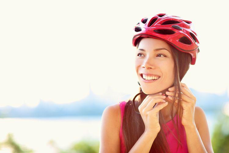 Dámská cyklistická přilba červené barvy