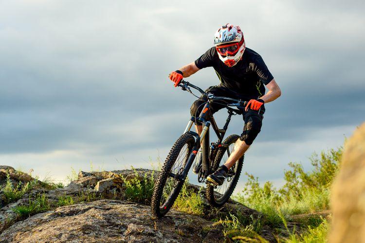 Downhill přilba na kolo