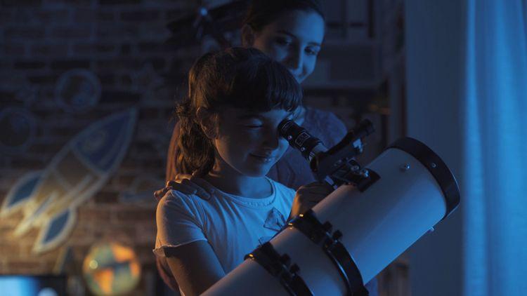 Sledování noční oblohy pomocí teleskopu