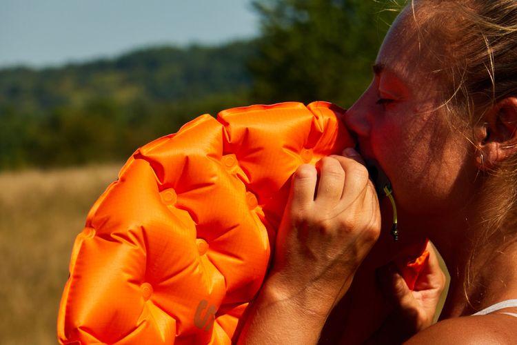 Oranžová nafukovací karimatka