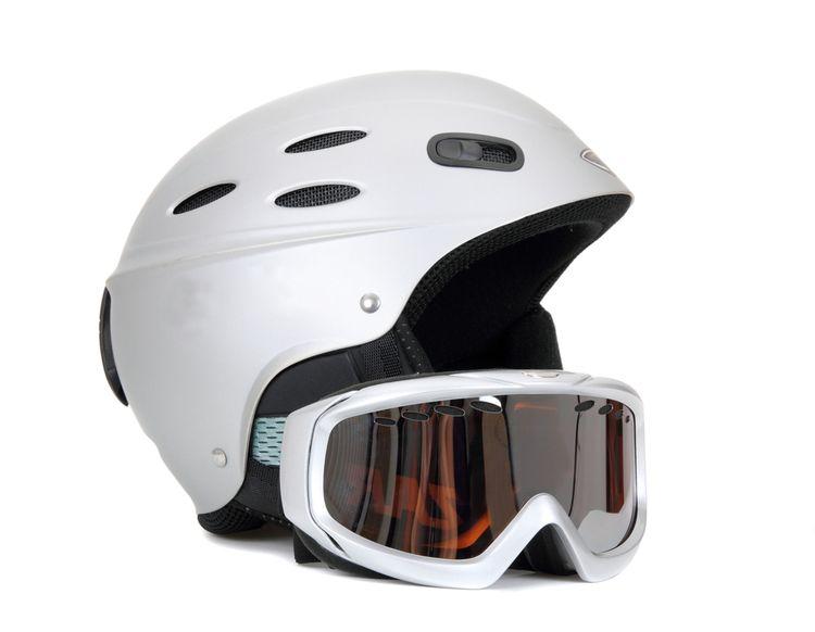 Závodní lyžařská helma s brýlemi