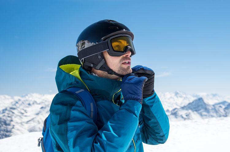 Zapínání lyžařské přilby