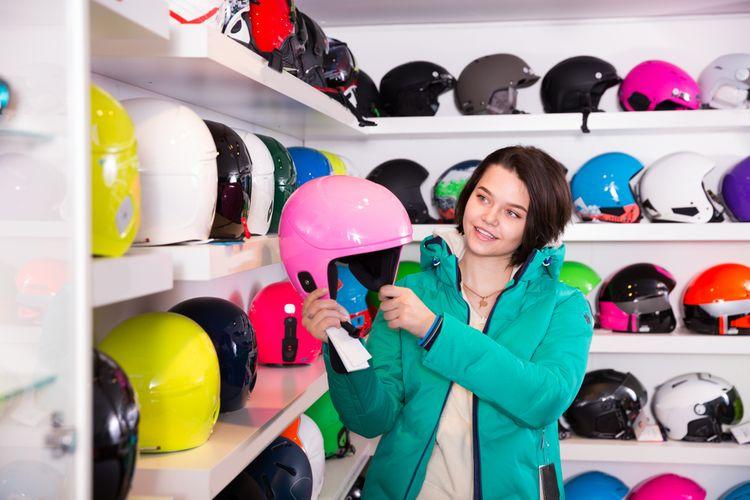 Výběr lyžařské přilby v obchodě