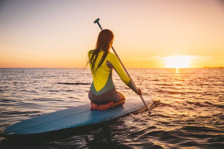 Paddleboarding na stojaté vodě