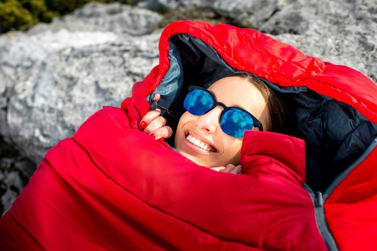 Teplý spacák vhodný na zimní kempování