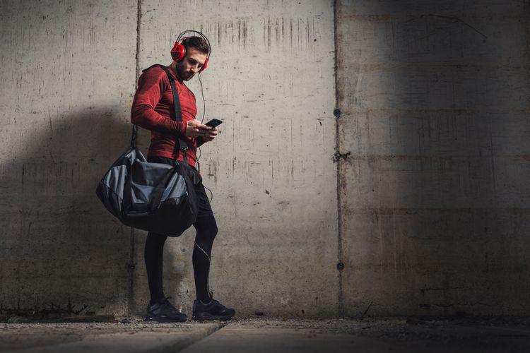 Černá sportovní taška přes rameno