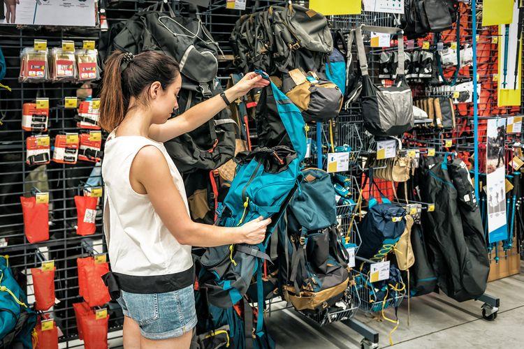 Výběr sportovní tašky v obchodě
