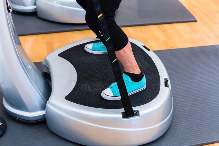 Cvičení na vibrační plošině s držadly