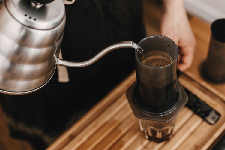 Příprava kávy v AeroPress Aerobie