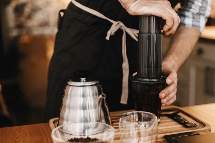 Profesionální barista při přípravě kávy v AeroPressu