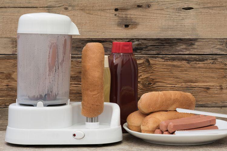 Příprava hotdogů v hotdogovači