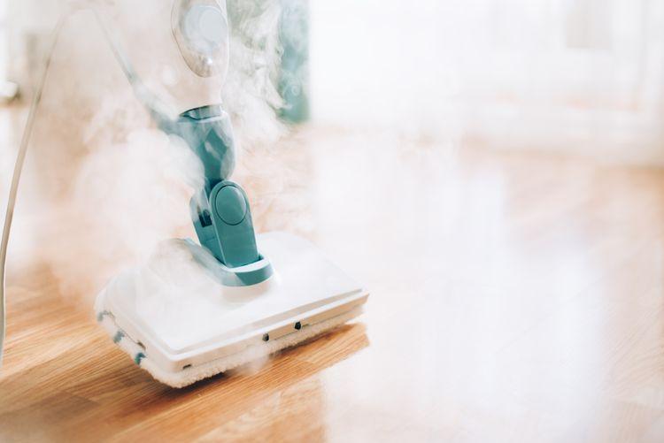 Čištění podlahy pomocí parního čističe