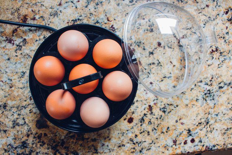 Černý vařič vajec s plastovým krytem