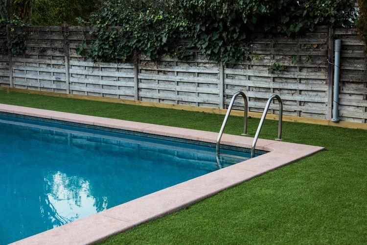 Zapuštěný bazén v zahradě