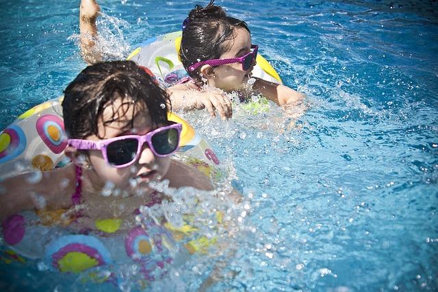 Děti v nafukovacím bazénu