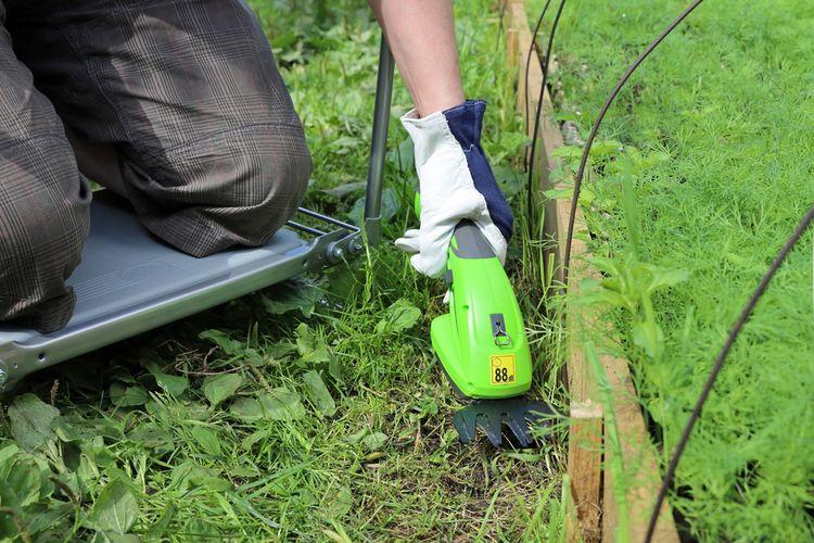 Zelené akumulátorové nůžky na živý plot
