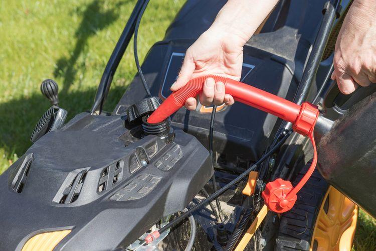 Nalévání benzínu do benzínové sekačky