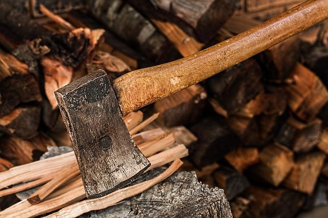 Sekera na dřevo s dřevěným topůrkem