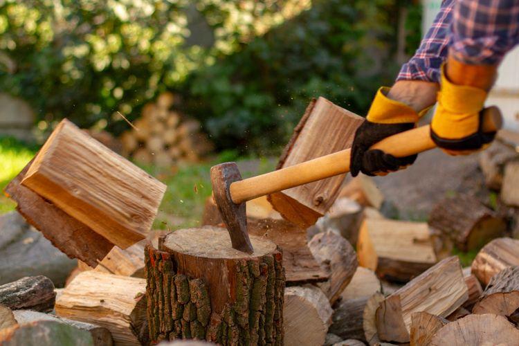 Štípací sekera s dřevěným topůrkem na kácení dřeva