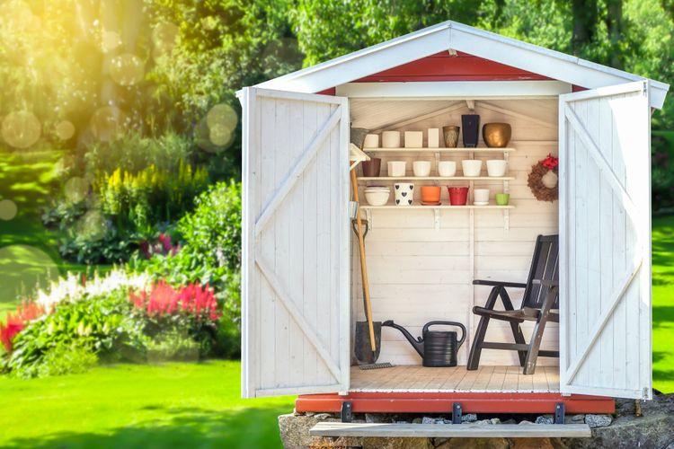 Bílý zahradní domek na nářadí