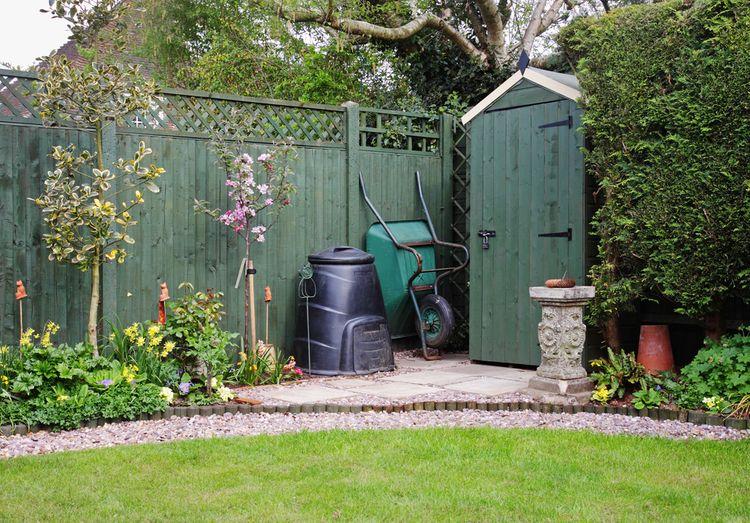 Malý zelený zahradní domek ze dřeva