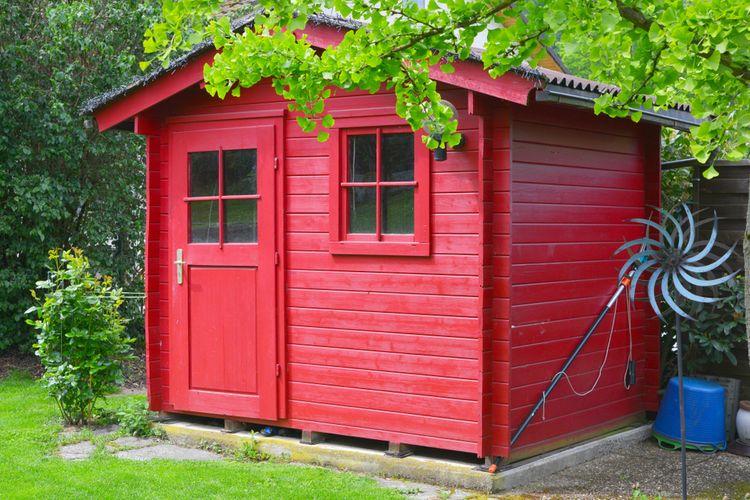 Červený zahradní domek se sedlovou střechou