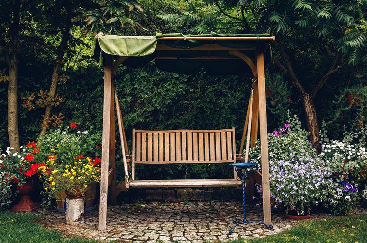 Dřevěná zahradní houpačka