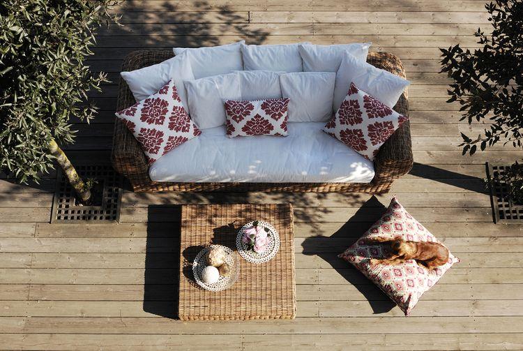 Zahradní nábytek na terase pod širým nebem